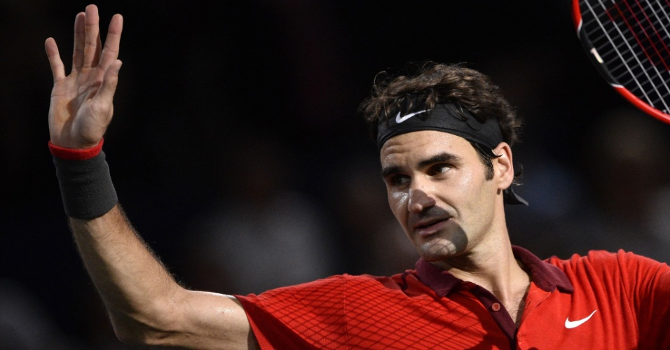 30.out.2014 - Roger Federer acena para o público após vencer Lucas Pouille no Masters 1.000 de Paris