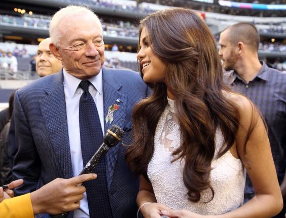 Jerry Jones, dono do Dallas Cowboys, com a cantora Selena Gomez