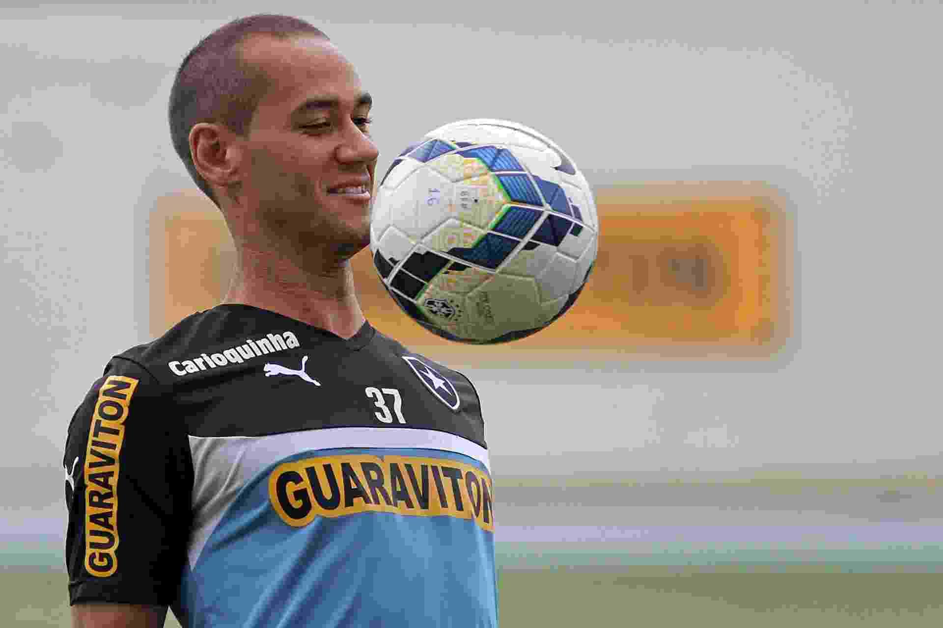 Volante Rodrigo Souto domina a bola durante treinamento do Botafogo - Vitor Silva / SSPress