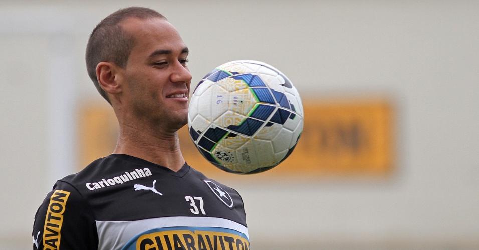 Volante Rodrigo Souto domina a bola durante treinamento do Botafogo