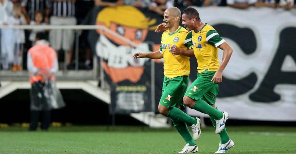 Alex comemora gol do Coritiba contra o Corinthians pelo Campeonato Brasileiro