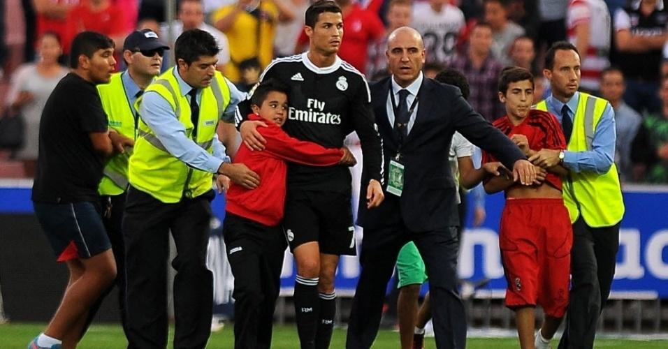 Após goleada do Real contra o Granada, Cristiano Ronaldo foi abraçado por um garoto, enquanto outro menino foi contido pelos seguranças. O astro português marcou um gol e deu belo passe para o gol de Benzema