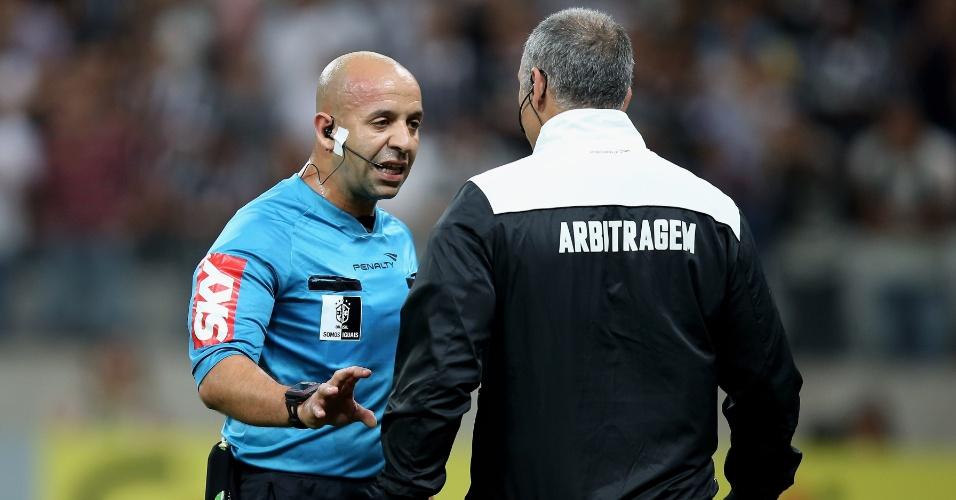 Árbitro conversa com auxiliar após marcar pênalti na partida entre Corinthians e Coritiba