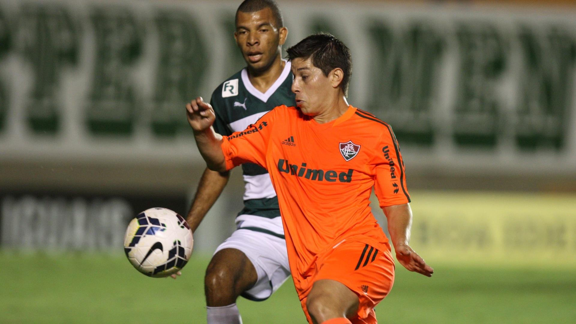 Conca encara a marcação de Amaral na partida entre Fluminense e Goias