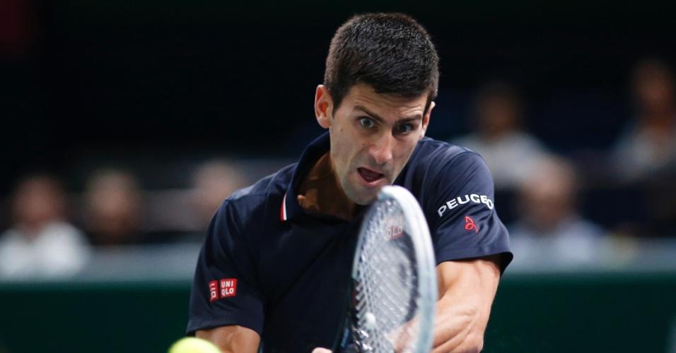 Djokovic tenta devolução no jogo contra Kei Nishikori