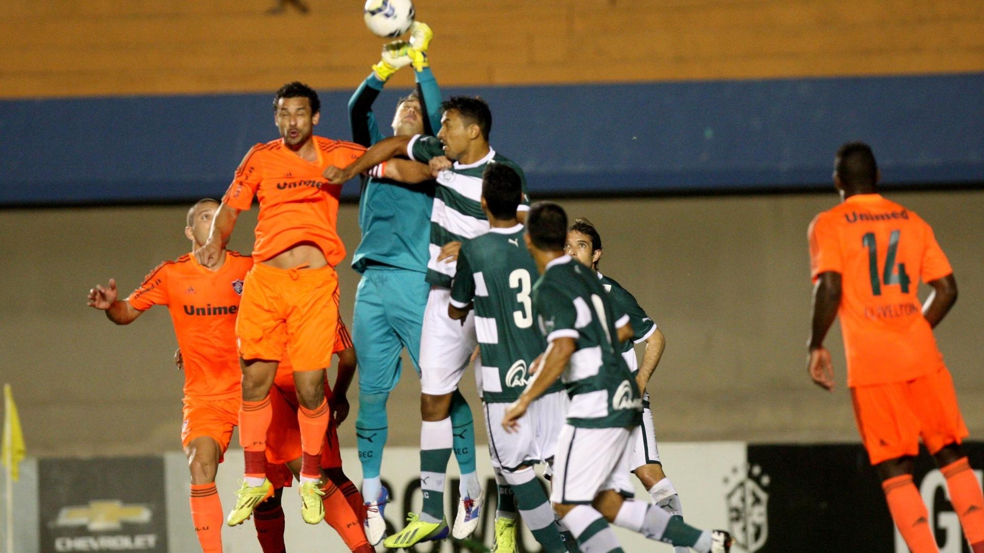 Fred e goleiro Renan disputam bola na partida entre Fluminense e Goiás