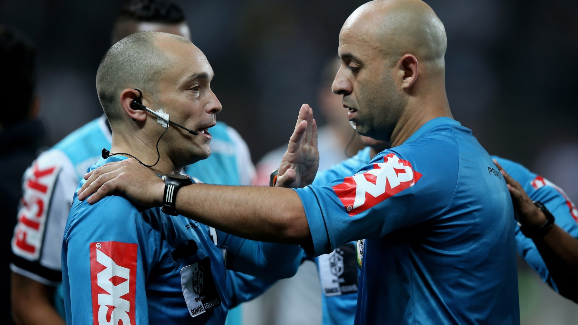 Jean Pierre conversa com seu auxiliar na partida entre Corinthians e Coritiba