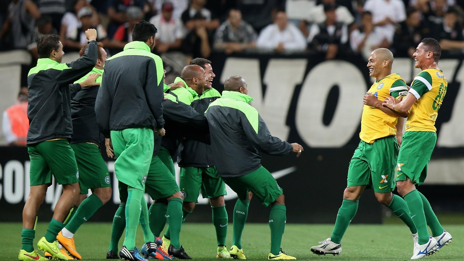 Jogadores do Coritiba comemoram gol contra o Corinthians pelo Brasileirão