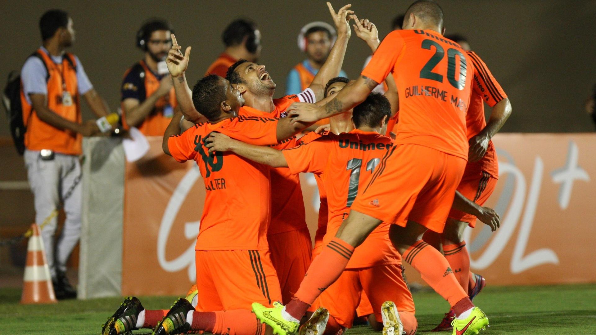 Jogadores do Fluminense comemoram gol contra o Goiás pelo Brasileirão