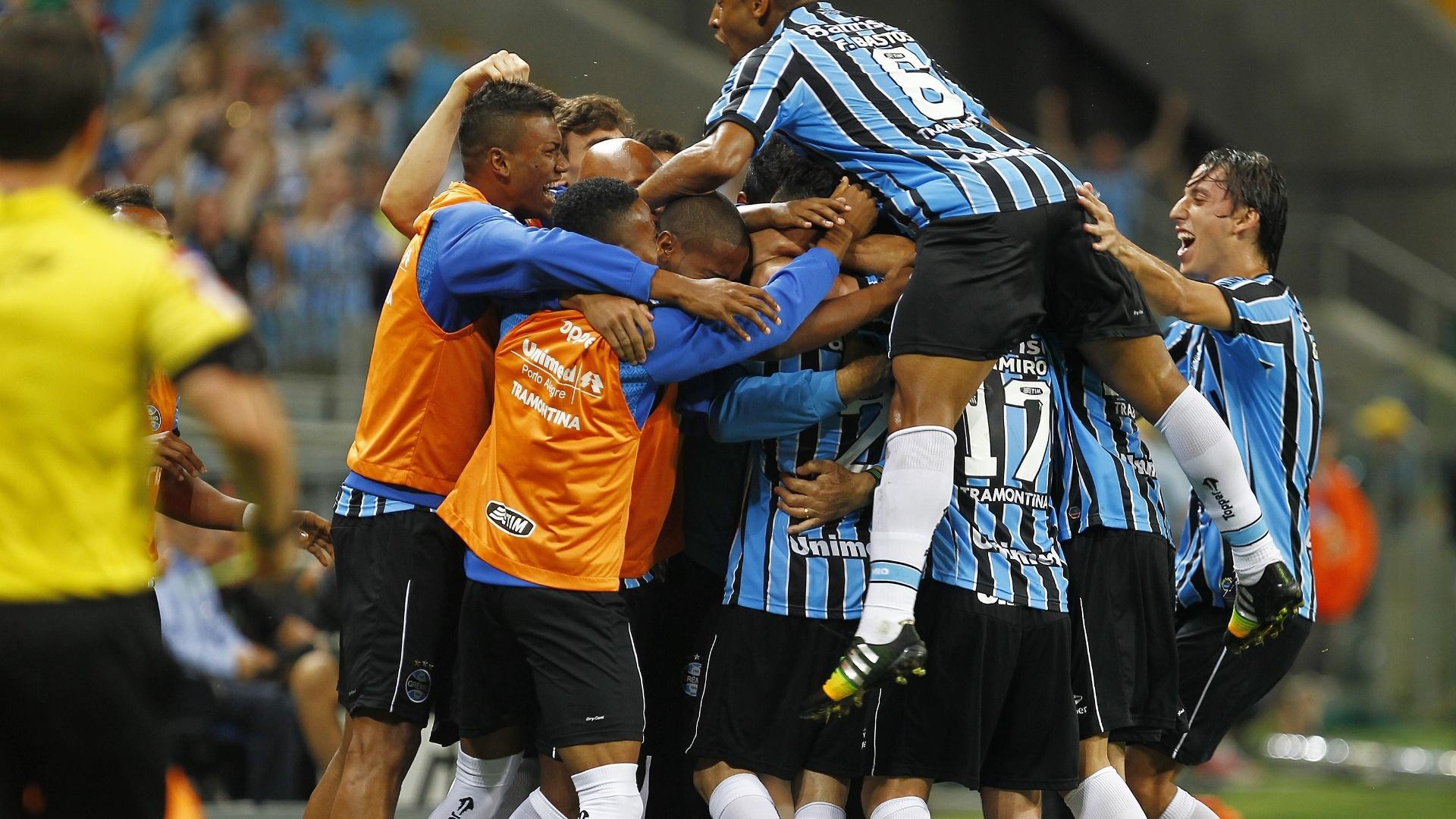 Jogadores do Grêmio comemoram gol contra o Vitória pelo Campeonato Brasileiro