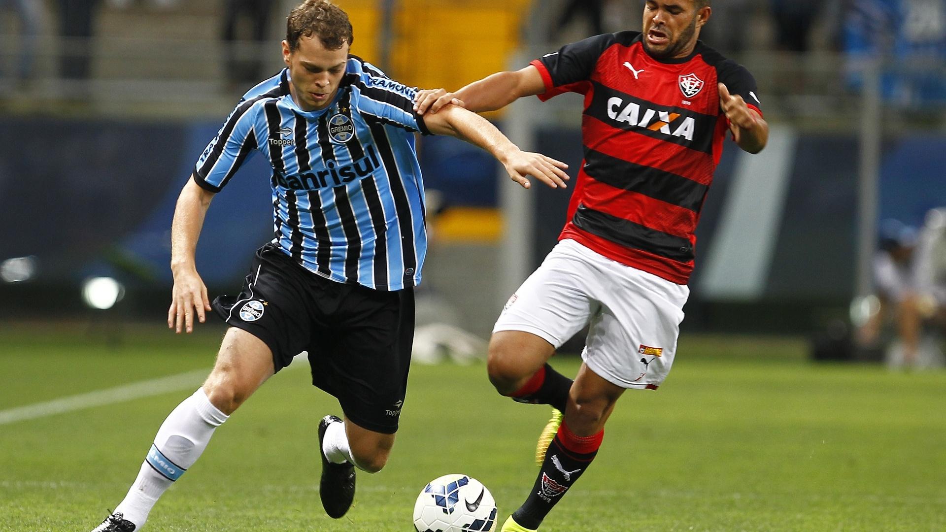 Lucas Coelho tenta se livrar da marcação do Vitória no jogo do Grêmio pelo Brasileirão