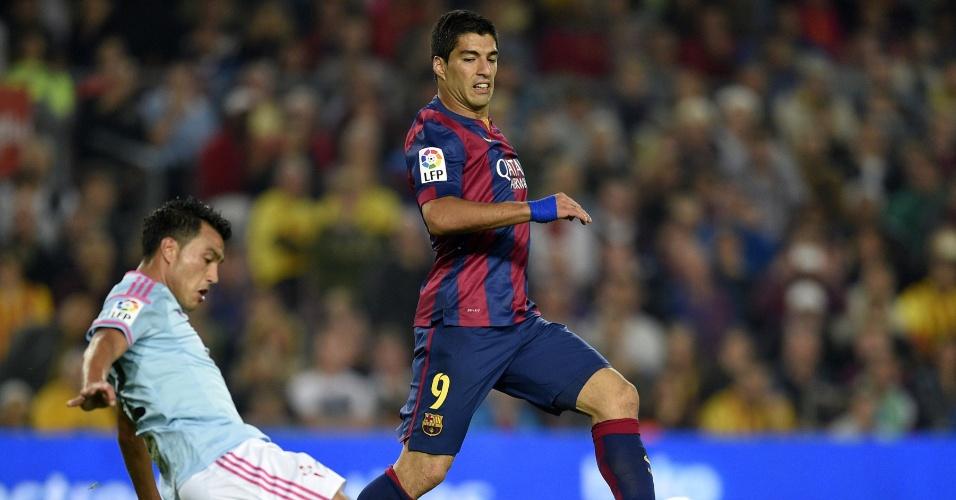 Luis Suárez tenta se livrar da marcação do Celta durante jogo válido pelo Espanhol