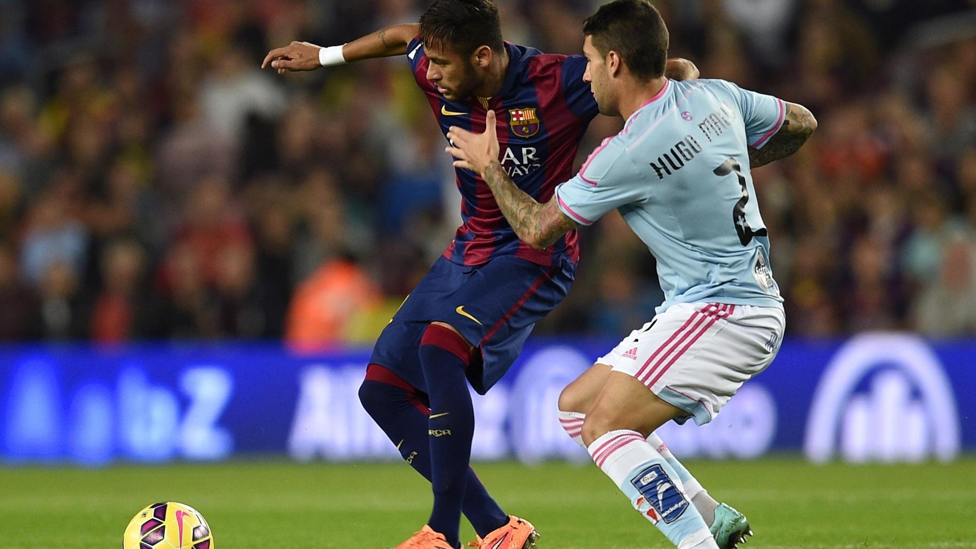 Neymar tenta proteger bola da marcação do Celta em jogo válido pelo Espanhol