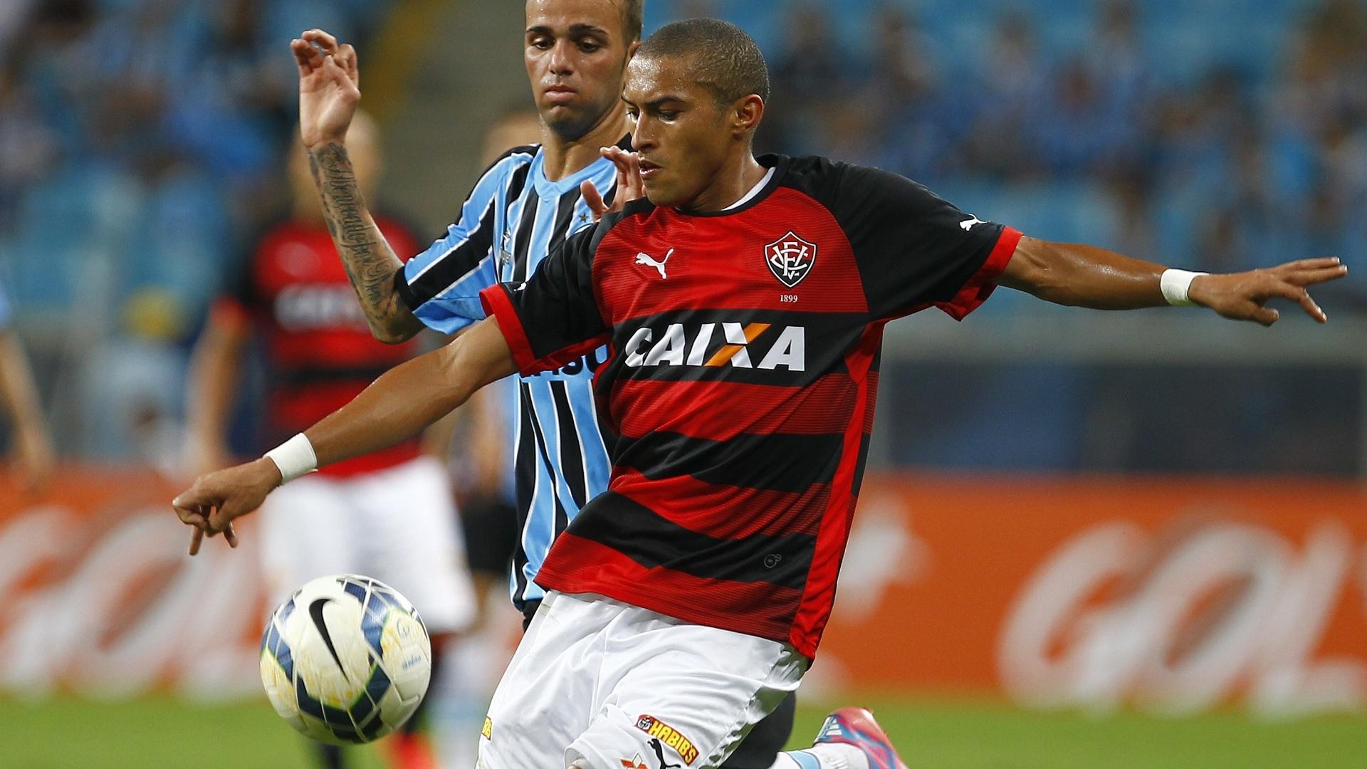 Nino Paraíba tenta sair jogando enquanto Luan o marca na partida entre Grêmio e Vitória