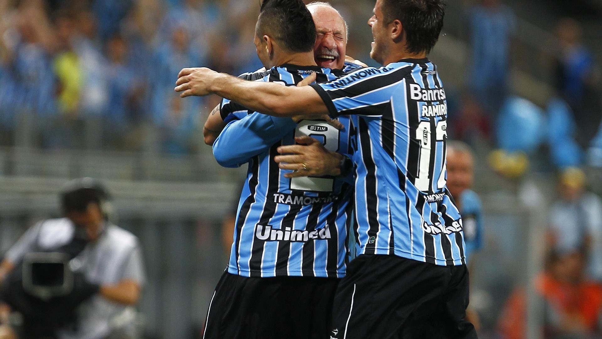 Pará e Felipão se abraçam após gol contra de Richarlyson no jogo entre Grêmio e Vitória