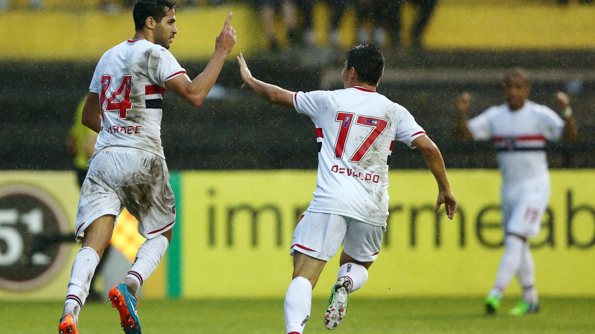 Alan Kardec comemora gol com Osvaldo no jogo entre São Paulo e Criciúma