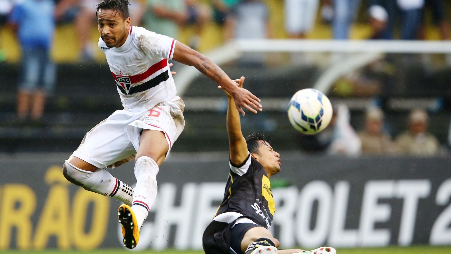 Alvaro Pereira salta para tentar evitar carrinho de jogador do Criciúma contra o São Paulo