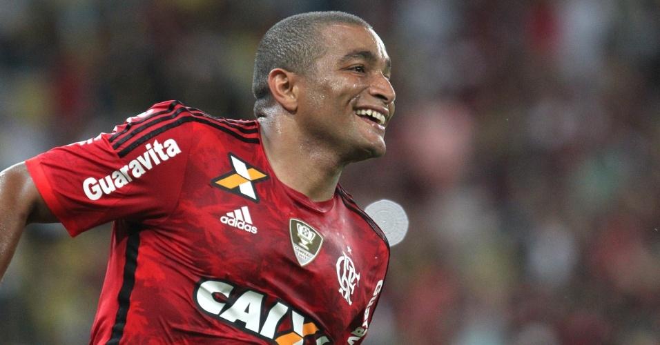 Anderson Pico comemora o gol marcado na vitória do Flamengo sobre a Chapecoense, no Maracanã