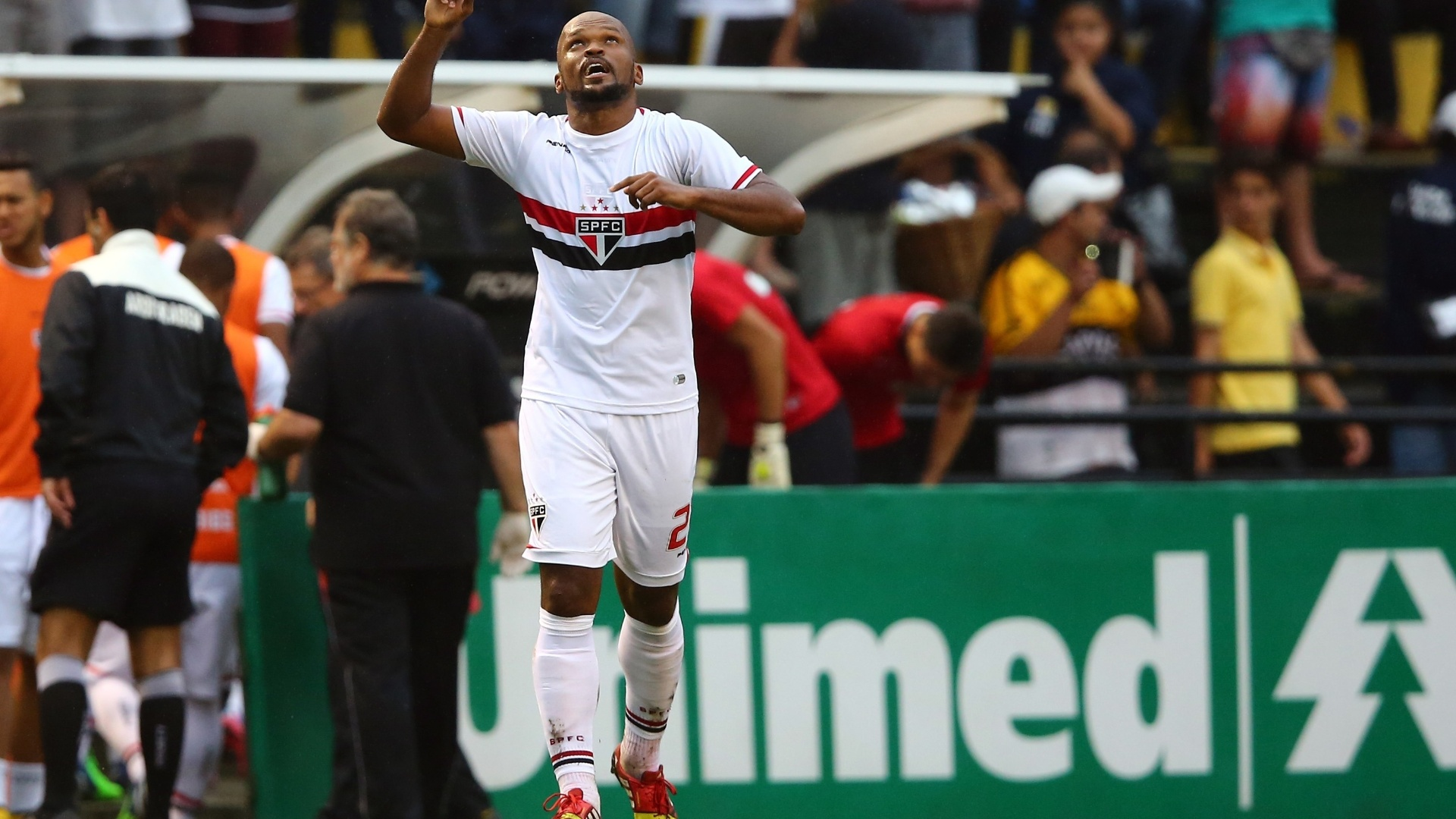 Edson Silva comemora gol do São Paulo contra o Criciúma pelo Brasileirão
