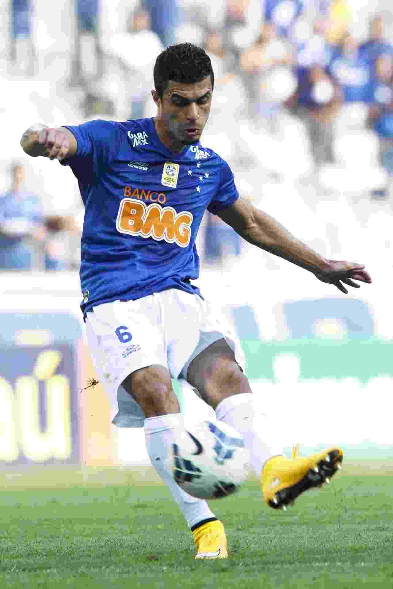 Egídio bate falta na partida entre Cruzeiro e Botafogo pelo Brasileirão - Washington Alves/Getty Images