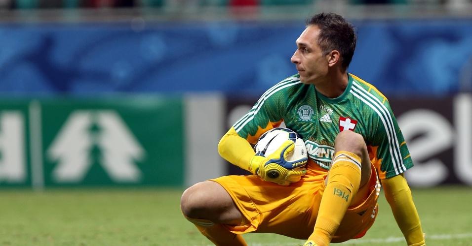 Fernando Prass faz a defesa e evita gol do Bahia em jogo do Palmeiras