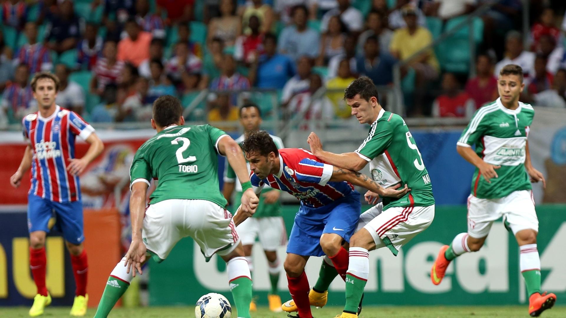Lincoln protege a bola do zagueiro do Palmeiras no jogo do Bahia pelo Brasileirão