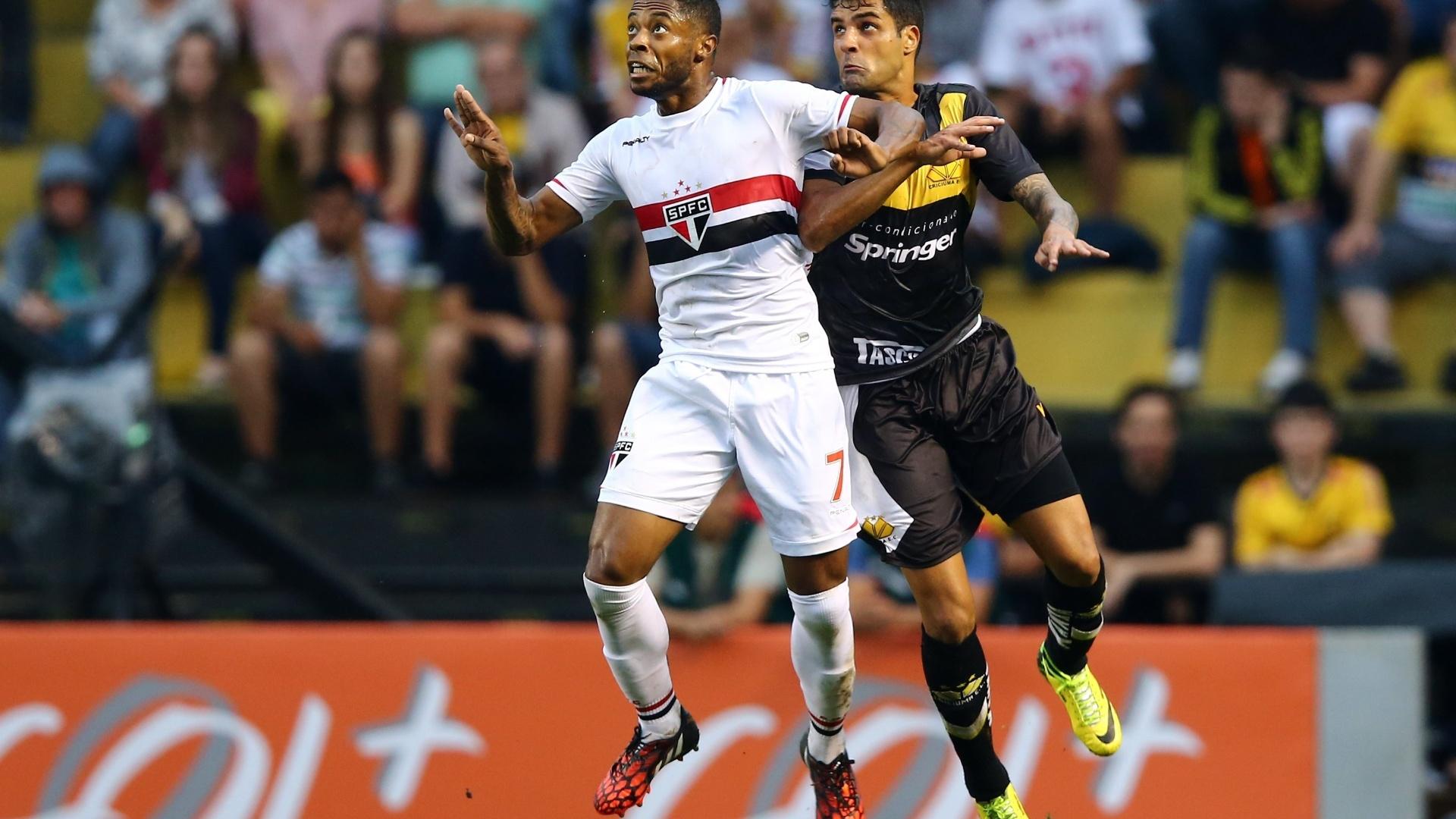 Michel Bastos disputa bola de cabeça com jogador do Criciúma na partida do São Paulo