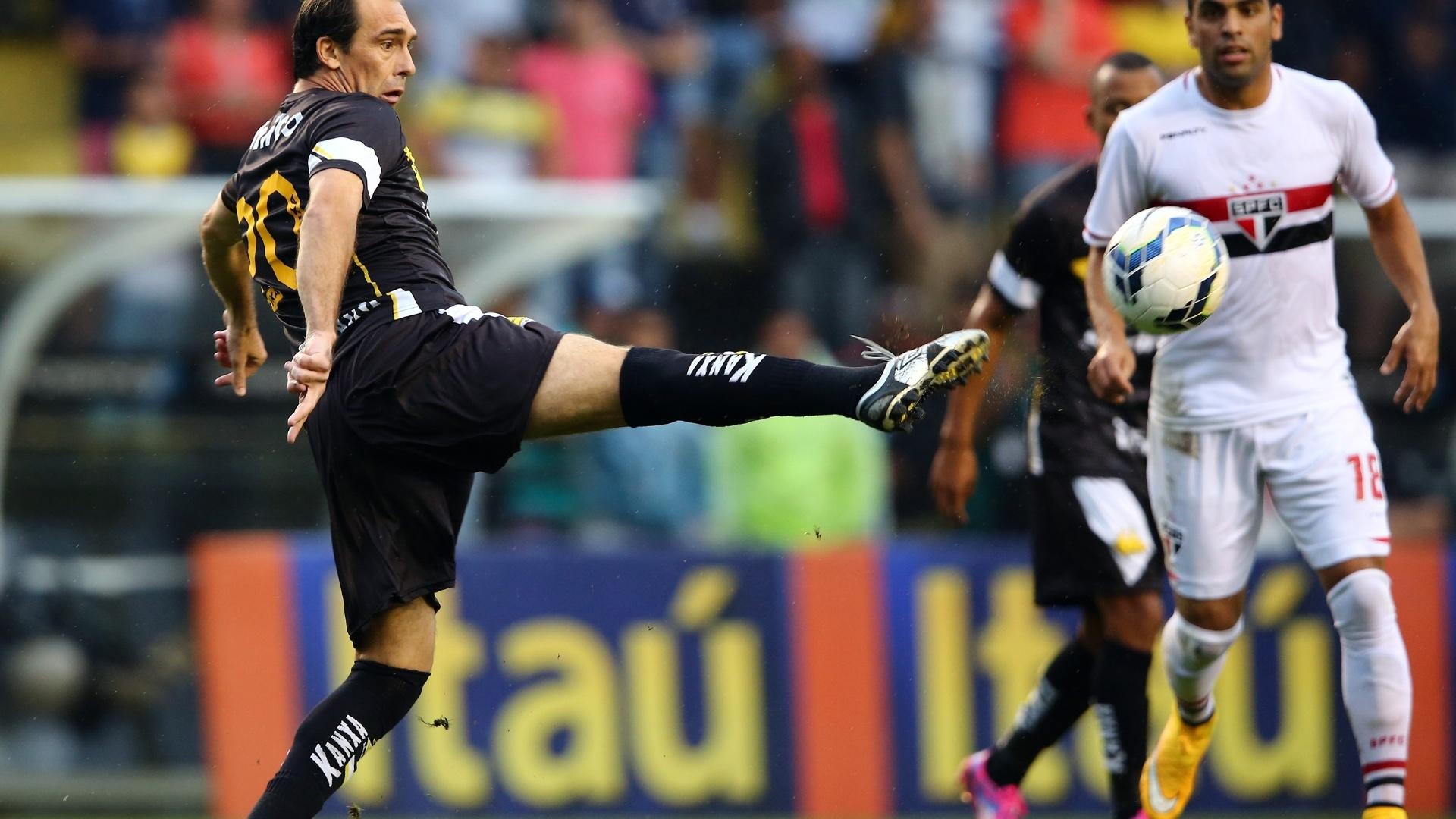 Paulo Baier se estica para tentar dominar a bola no jogo entre São Paulo e Criciúma