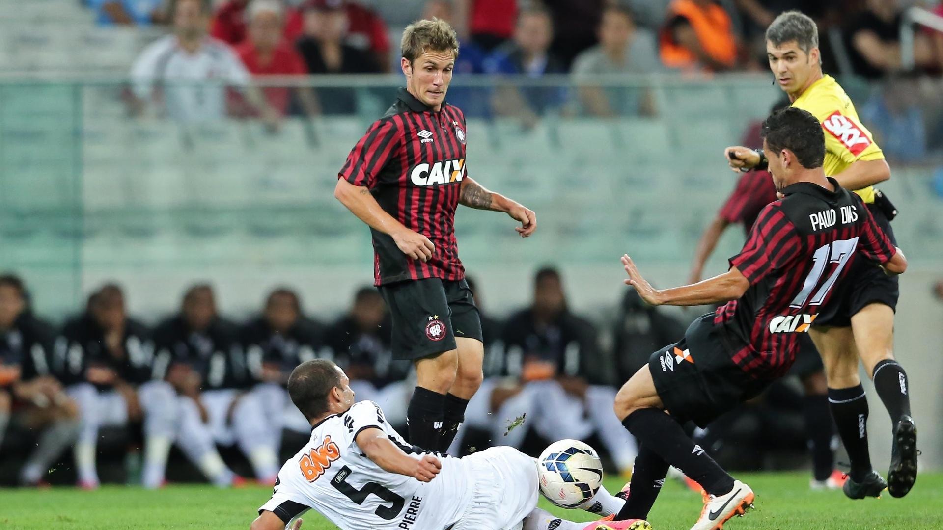 Pierre divide bola com jogador do Atlético-PR em jogo do Atlético-MG