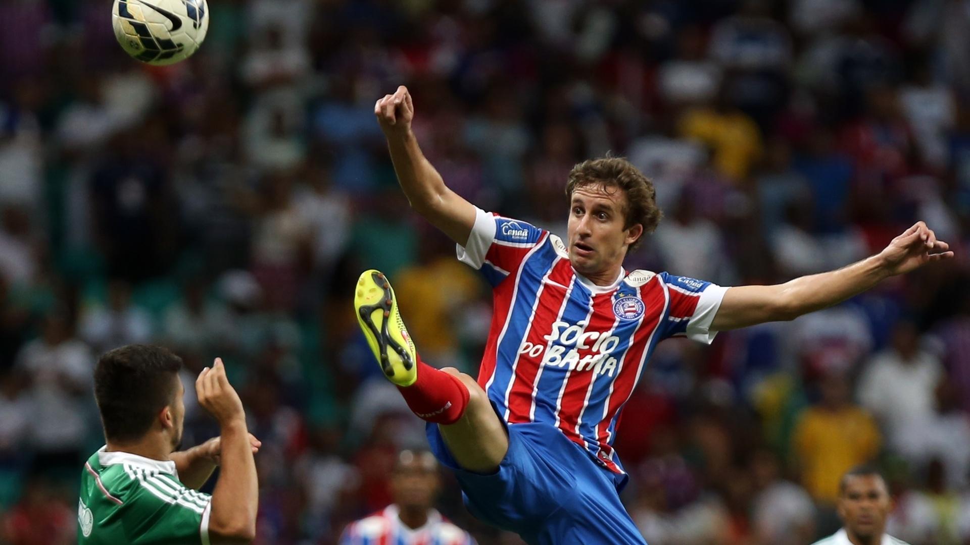 Rafael Miranda se estica para evitar jogada do Palmeiras contra o Bahia