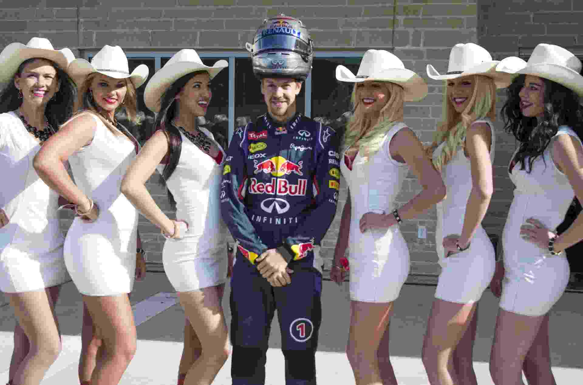 Sebastian Vettel, tetracampeão pela Red Bull, posa para fotos com cowgirls que promovem o GP dos EUA, no Texas - undefined