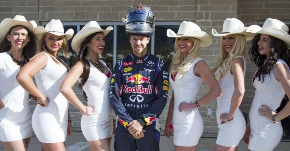 Sebastian Vettel, tetracampeão pela Red Bull, posa para fotos com cowgirls que promovem o GP dos EUA, no Texas