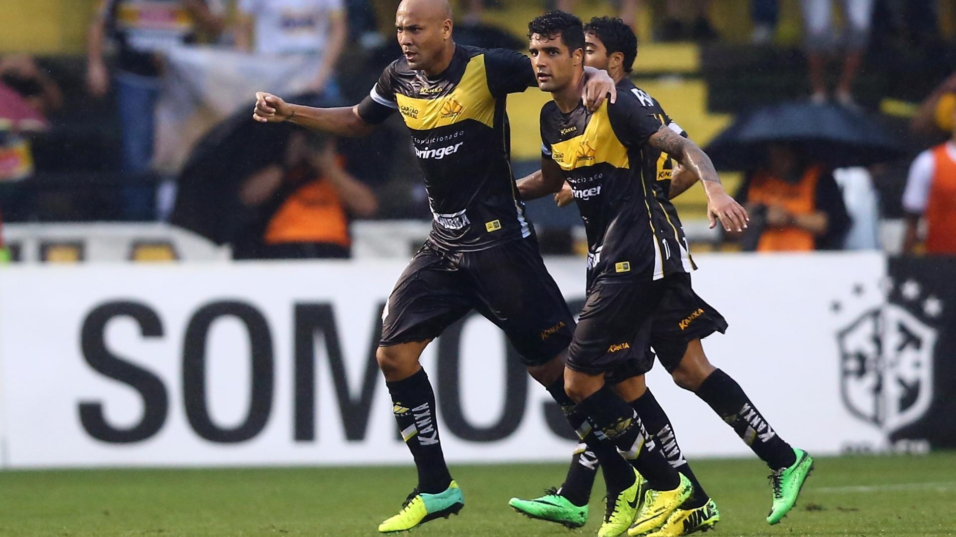 Souza comemora gol do Criciúma contra o São Paulo pelo Campeonato Brasileiro