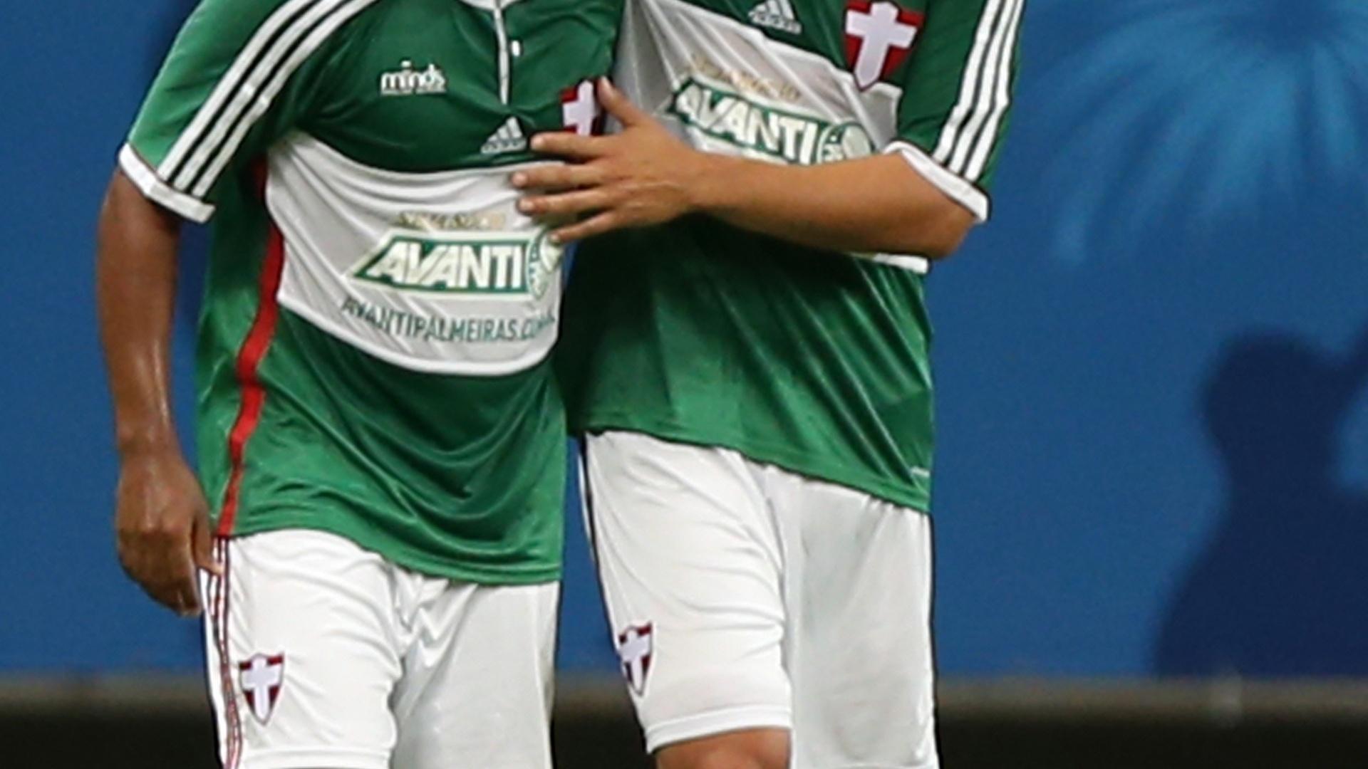 Valdivia comemora gol com Mazinho no jogo entre Palmeiras e Bahia