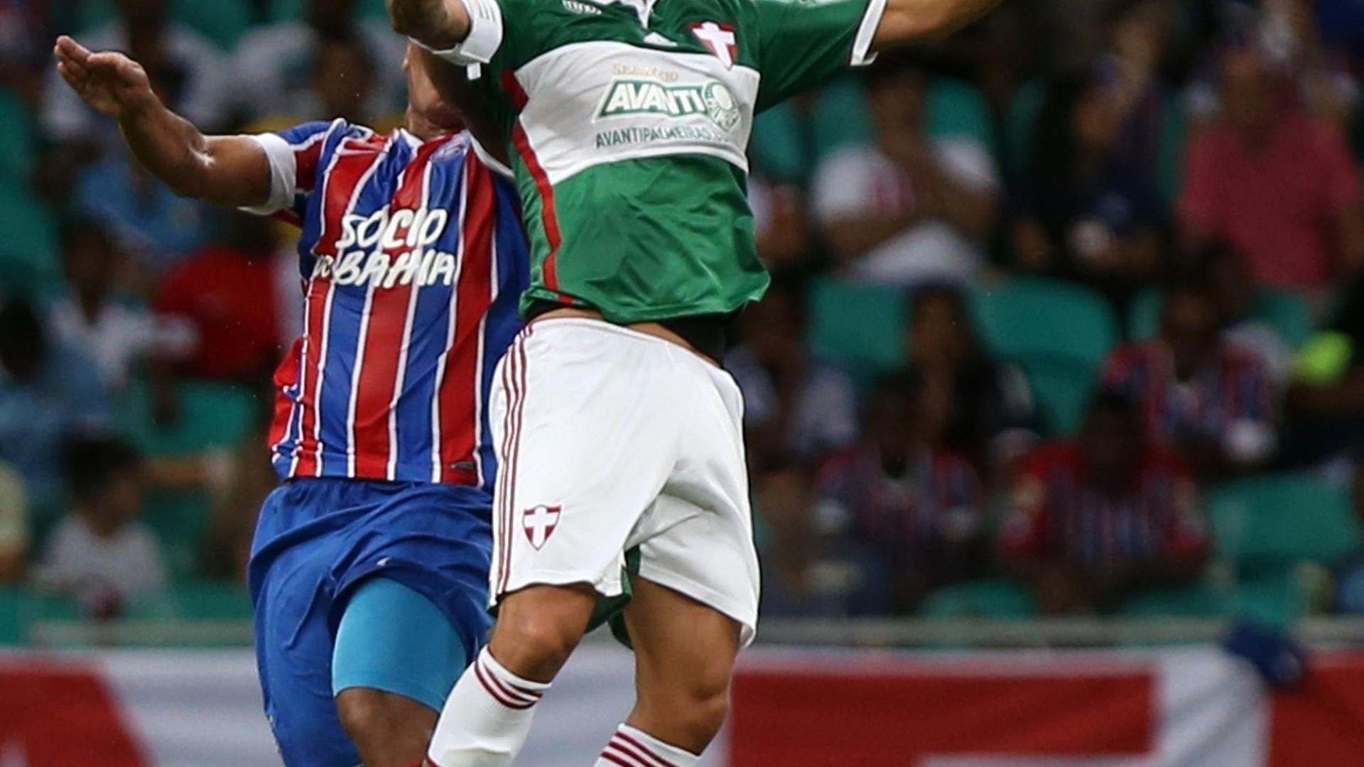 Valdivia se estica para cabecear a bola na partida entre Palmeiras e Bahia