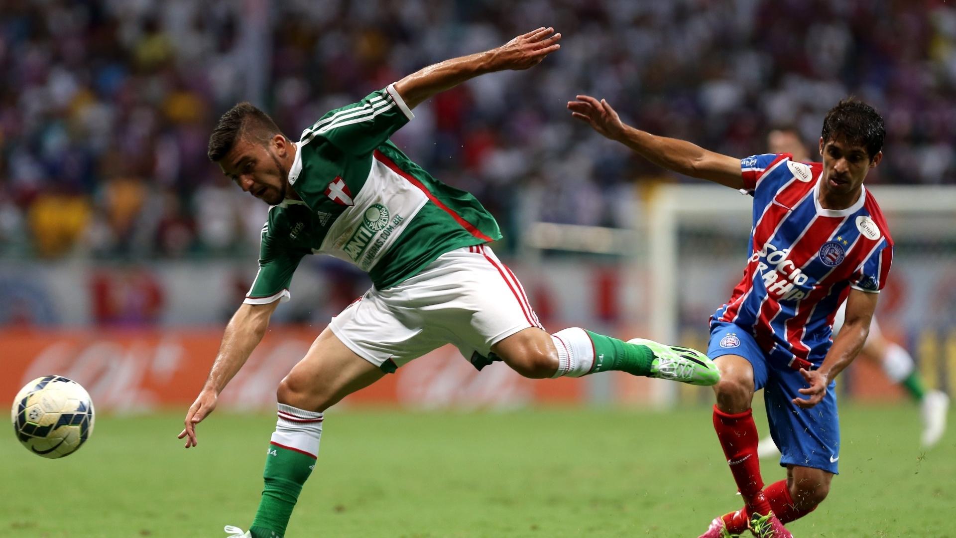 Victor Luis tenta escapar da marcação do Bahia em jogo do Palmeiras pelo Brasileirão