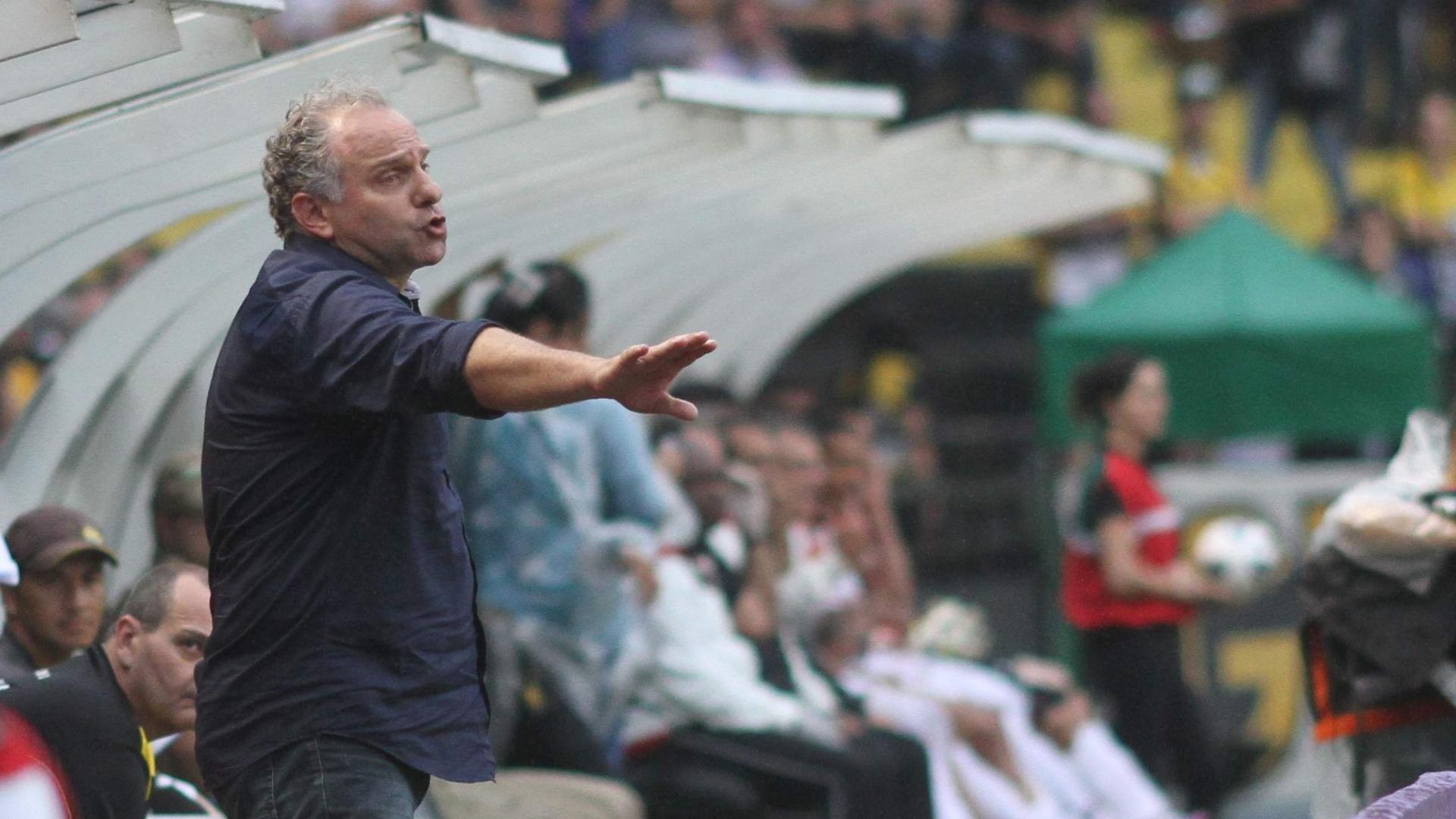 Toninho Cecílio comanda o Criciúma durante a partida diante do São Paulo