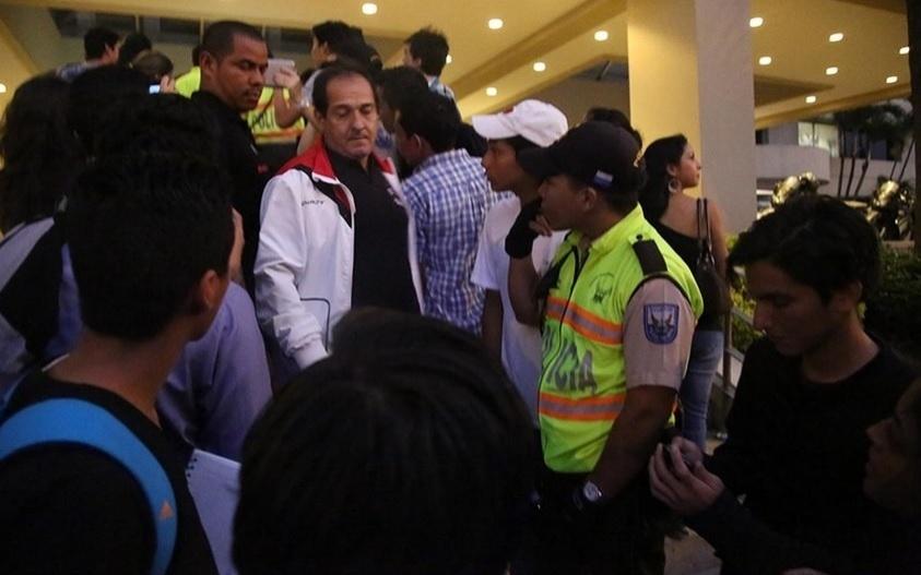 04. nov. 2014 - Muricy Ramalho na frente do hotel do São Paulo, no Equador. Equipe não conseguiu treinar nesta terça