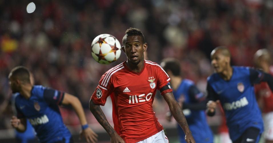Brasileiro Talisca em ação pelo Benfica em jogo da Liga dos Campeões