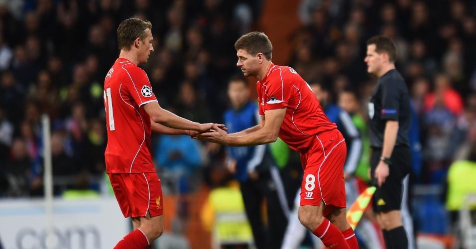 Lucas Leiva (esquerda) é substituído por Gerrard durante jogo do Liverpool na Liga dos Campeões