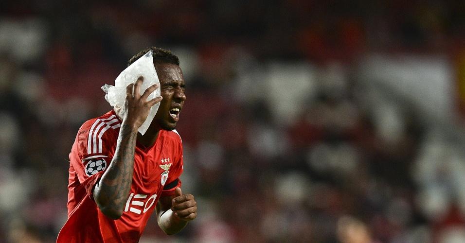 Talisca coloca bolsa de gelo no rosto após receber uma pancada no jogo do Benfica pela Liga dos Campeões