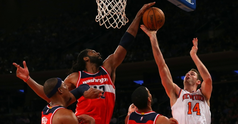 04.nov.2014 - Brasileiro Nenê bloqueia o arremesso de Jason Smith na partida entre Washington Wizards e New York Knicks
