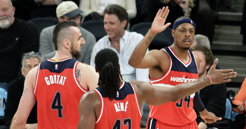 04.nov.2014 - Brasileiro Nenê cumprimenta Paul Pierce na partida entre Washington Wizards e New York Knicks