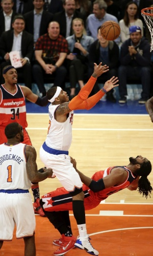04.nov.2014 - Brasileiro Nenê reclama de falta de Carmelo Anthony na partida entre Washington Wizards e New York Knicks