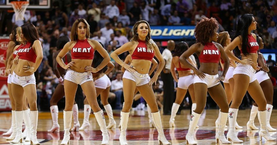 04.nov.2014 - Cheerleaders do Miami Heat fazem apresentação na partida contra o Houston Rockets