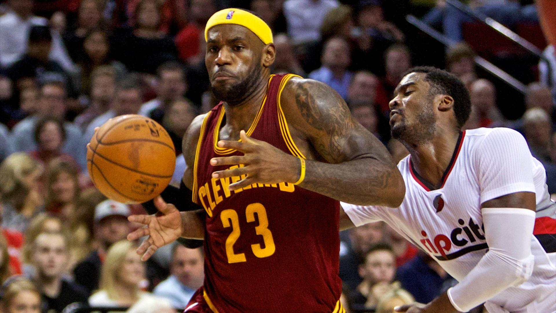 04.nov.2014 - LeBron James passa pela marcação na derrota do Cleveland Cavaliers para o Portland Trail Blazers