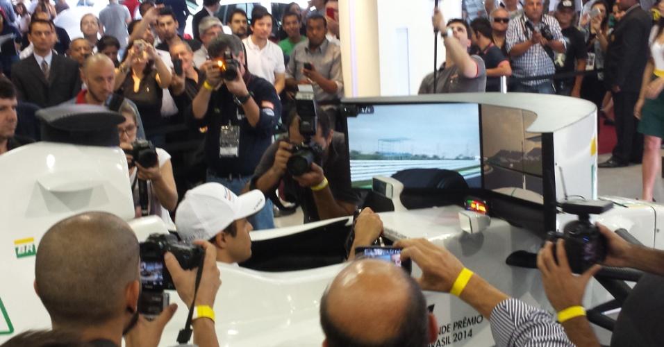 5.11.2014 - Brasileiro Felipe Massa, da Williams, pilota em simulador durante evento promocional antes do GP do Brasil