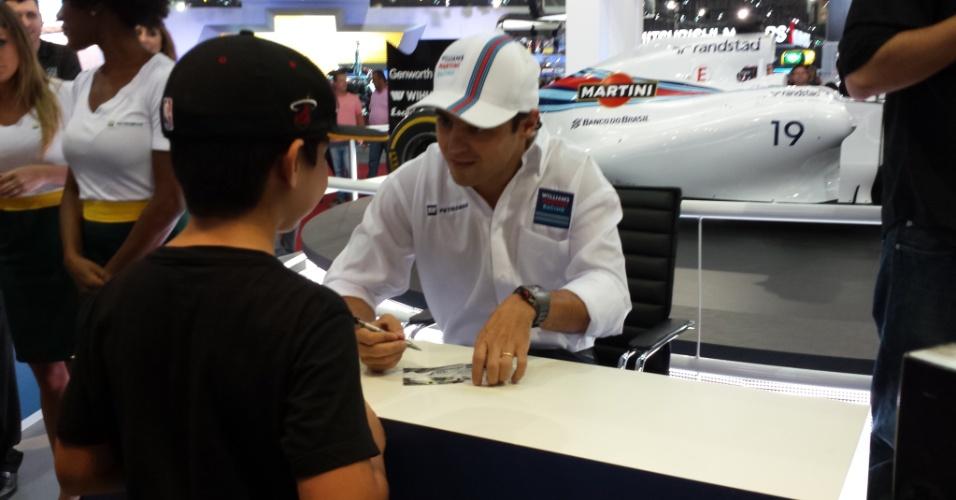 5.11.2014 - Felipe Massa concede autógrafo a garoto dias antes do GP do Brasil de F1
