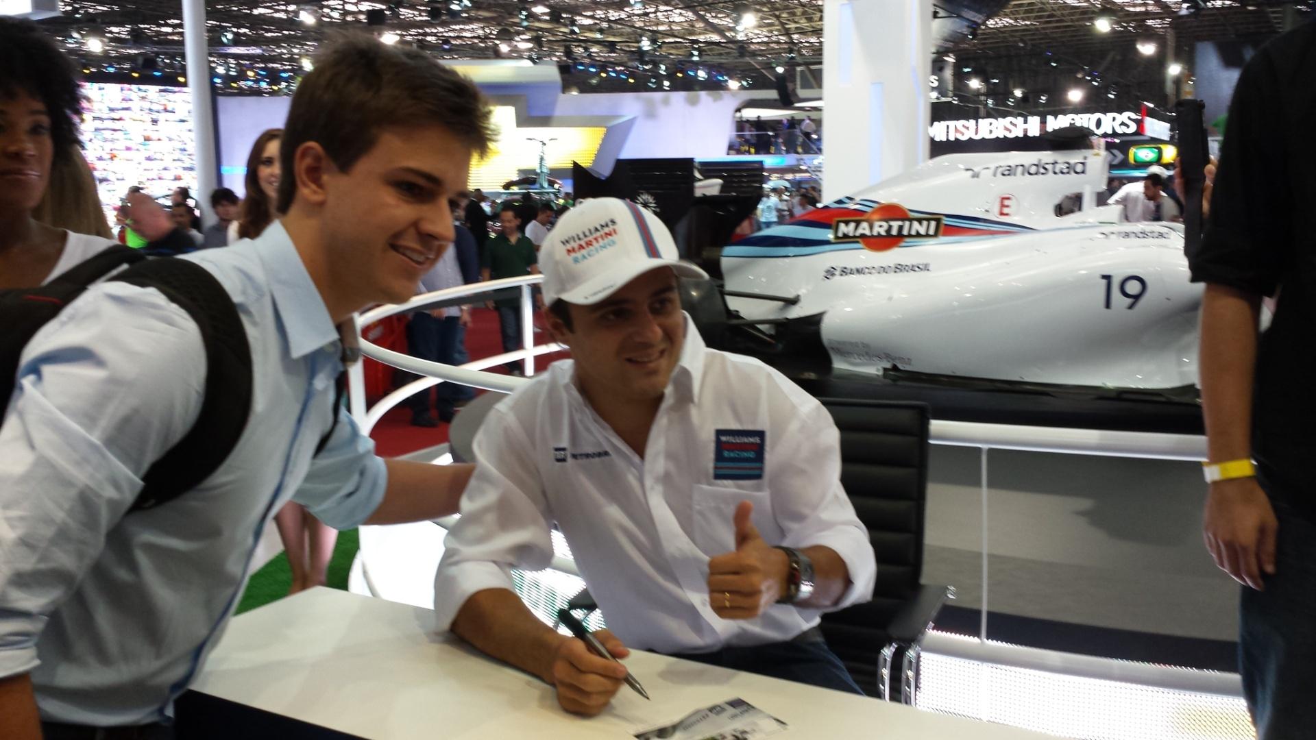 5.11.2014 - Felipe Massa tira foto com fã durante evento da Williams antes do GP do Brasil