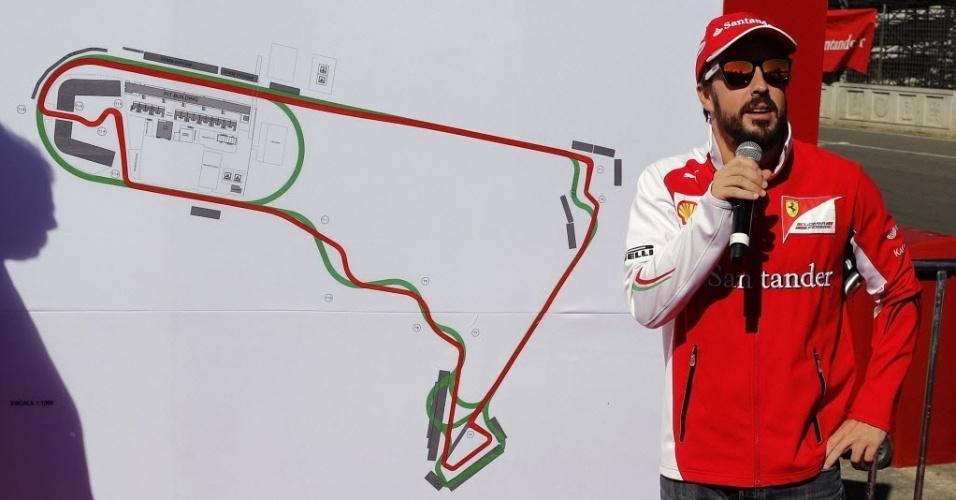 5.11.2014 - No México, Fernando Alonso participa de evento promocional antes do GP do Brasil e mostra design do novo circuito Hermanos Rodríguez, na capital mexicana, que deve retornar à F1 a partir do próximo ano